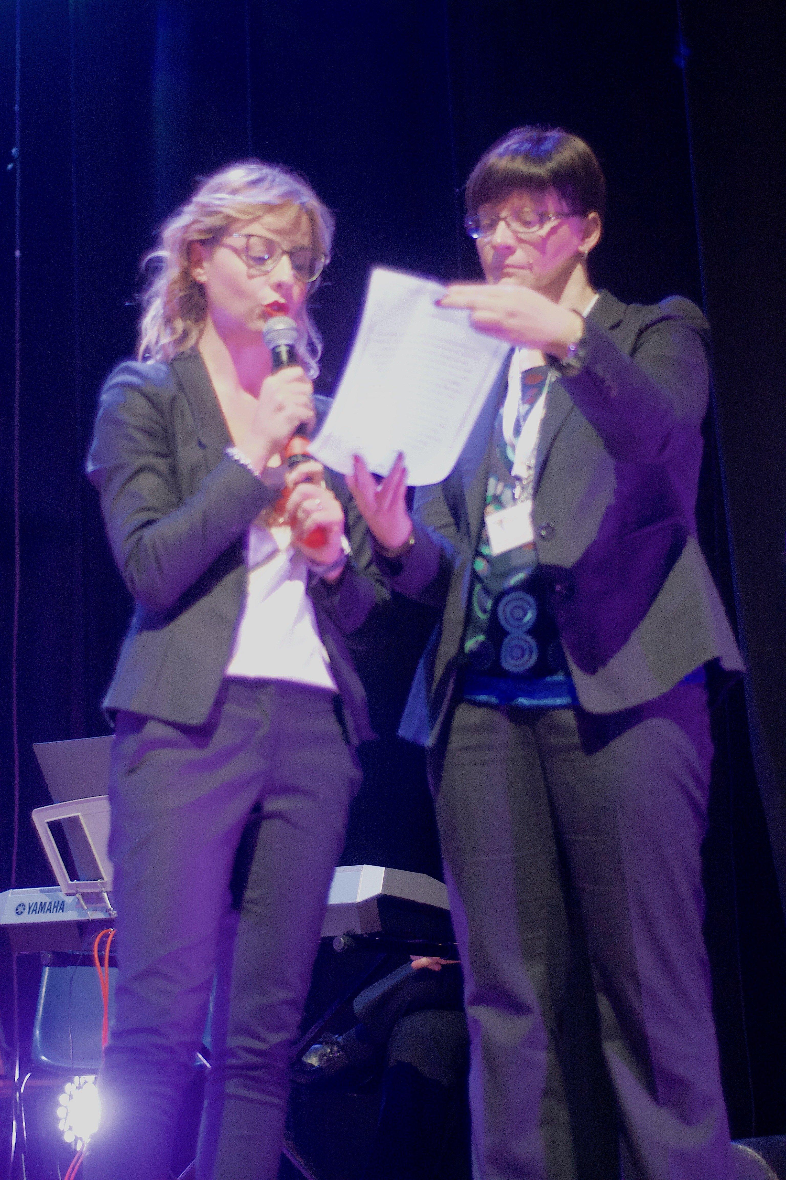 La dott.sa Alessia Massicci cugina di Rossana legge la pergamena consegnata in ricordo alla famiglia